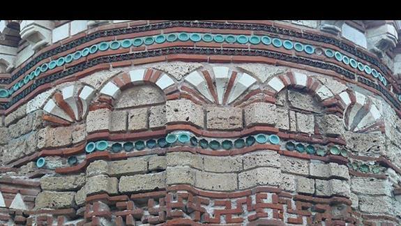 mury zadytkowych ruin świątyń w Starym Nasabarze
