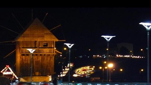 charakterystyczny drewniany wiatrak przy moście łączącym stare miasto z nowym - Nasabar