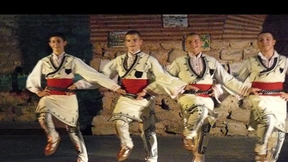 tradycyjny taniec prezentowany w amfiteatrze