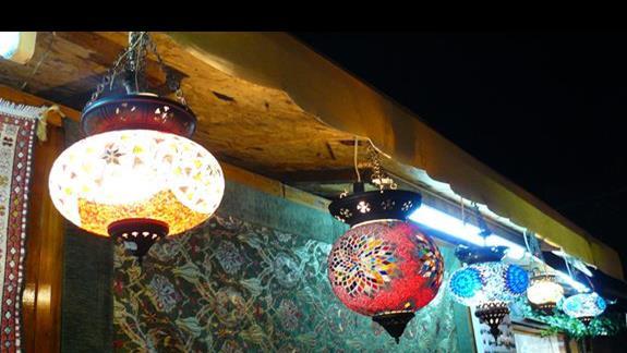 piekne lampy w sklepach z pamiątkami w Starym Nasabarze