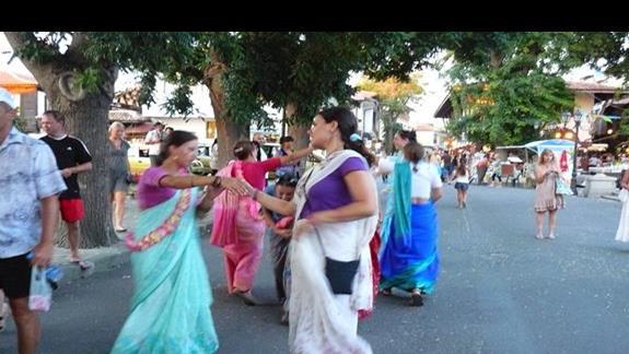 tańce w indyjskich strojach na głównym placu Staego Nasabaru