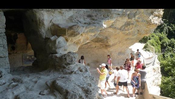 turyści odwiedzjący klasztor