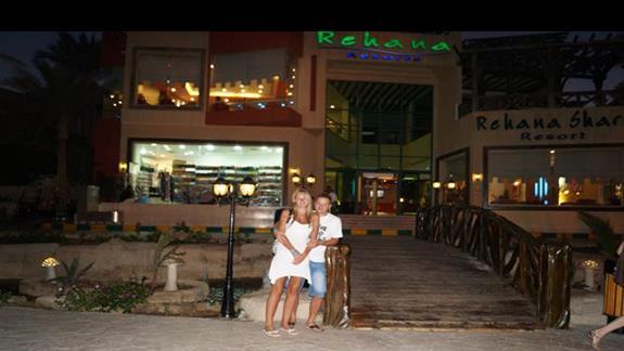 Przed hotelem Rehana Sharm Resort!