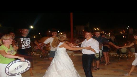 zabawa weselna w międznarodowym towarzystwie