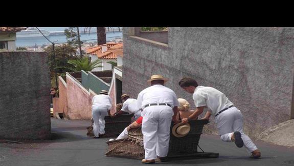 Atrakcje Madery: Zjazd saniami po asfalcie