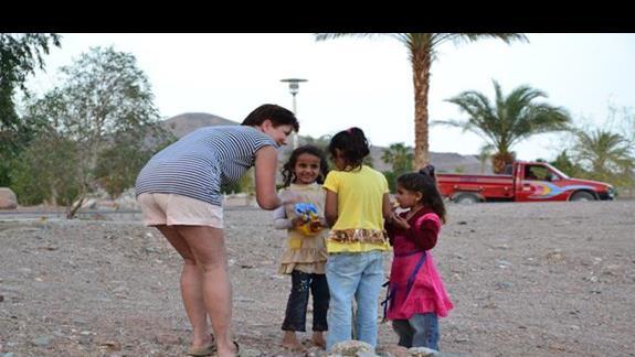Małe Egipcjanki z Taba Heights - nasz maluch podzielił się biszkoptami