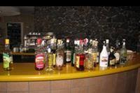 Hotel Allegro Isora - Flota alkoholi w barku przy basenie.