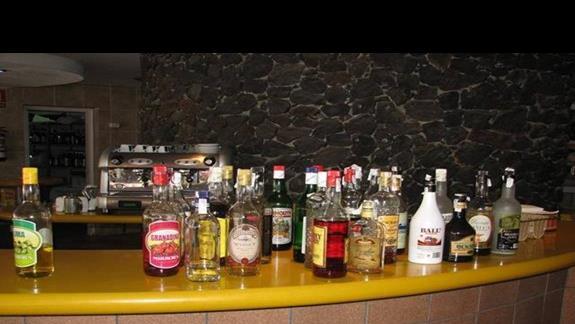 Flota alkoholi w barku przy basenie.