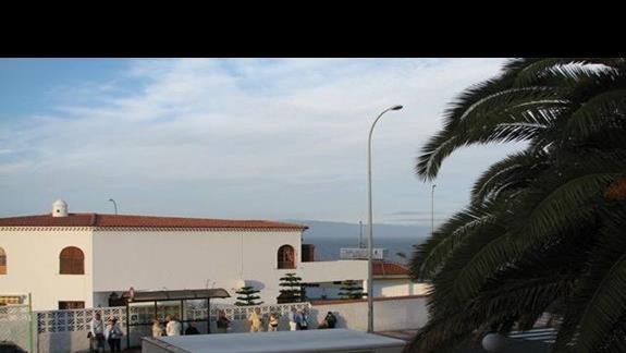 Widok z naszego balkonu ( w tle wyspa La Gomera).