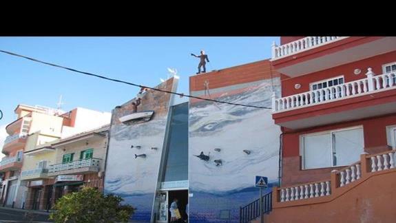Ciekawe dekoracje budynku w Puerto Santiago.