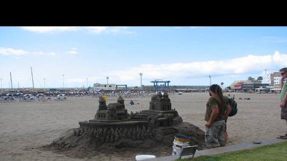 Zamki z piasku na plaży w Los Amerikanos.