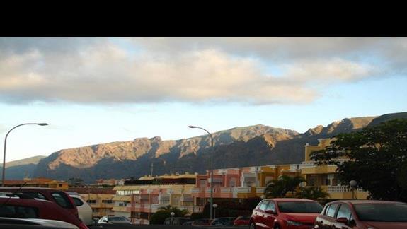 Hotel - w tle Góry Teno.