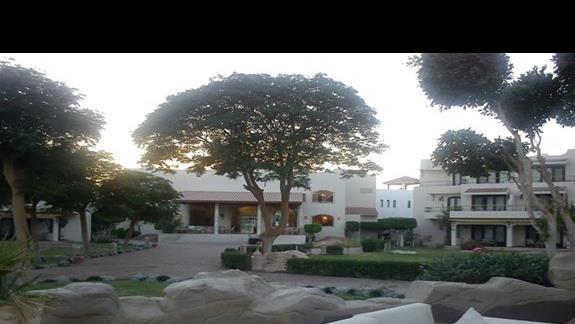 Widok na recepcję i budynek hotelowy z  ogrodu.
