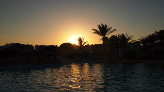 zachód słońca nad basenem