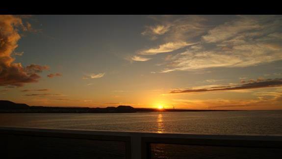 zachód słońca na promie, łączącym wyspy Fuertaventura z Lanzarotte