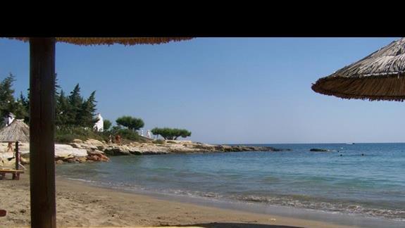 płatna plaża niedaleko hotelu (jedyna piaszczysta w najbliższej okolicy)