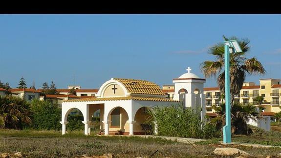 typowy mały kościółek nieopodal hotelu