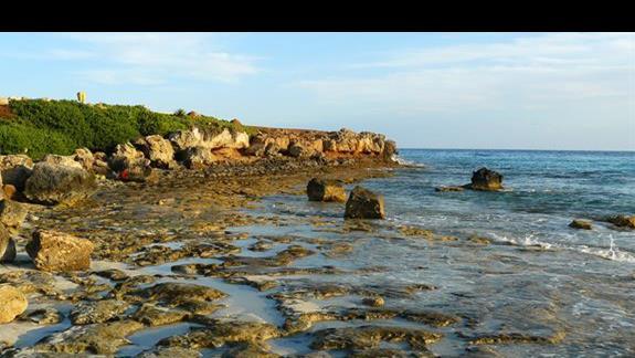 charakterystyczne 3 skałki wystające z wody na Nissi Beach