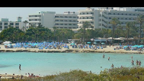 wiodk na ląd z małej wysepki od której Nissi Beach zwieła swoją nazwę