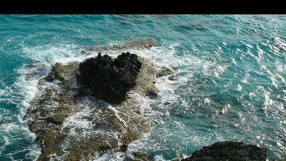 serce ze skały obmywane przez fale