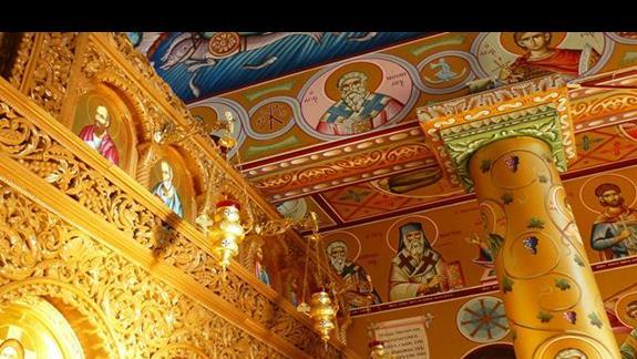 wnętrze niewielkiego kościółka przy porcie w Agia Napa