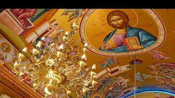 złoty żyrandol i wizerunek Chrystusa na suficie kościółka przy porcie w Agia Napa
