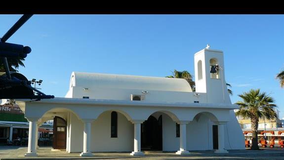 Biały kościółek przy porcie w Agia Napa