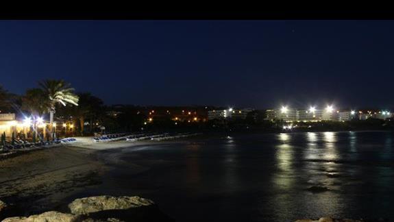 plażą nocą - widok z portu w Agia Napa
