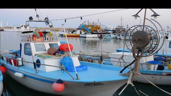typowe łodzie rybackie w porcie w Agia Napa
