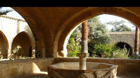 nieczynna fontanna - monastry Agia Napa
