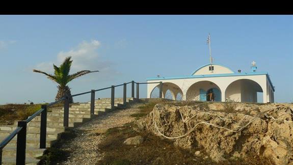 urocza biało niebieska kapliczka na skale nad brzegiem morza - Agia Tekla