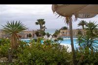Hotel SBH Monica Beach - Widok z budynku gdzie mieści się recepcja.