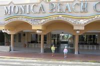 Hotel SBH Monica Beach - Moje dziewczyny przed wejściem do hotelu.