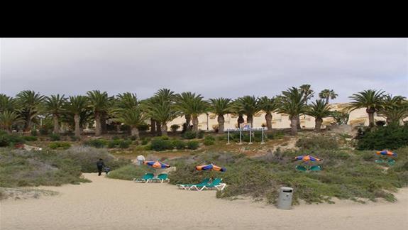 Zejście na hotelową plażę.