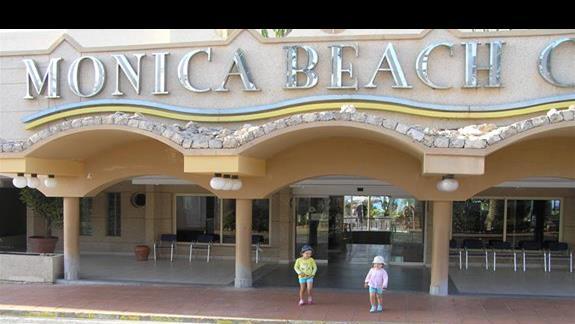 Moje dziewczyny przed wejściem do hotelu.