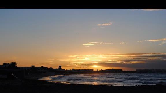 Zachód słońca na hotelowej plaży