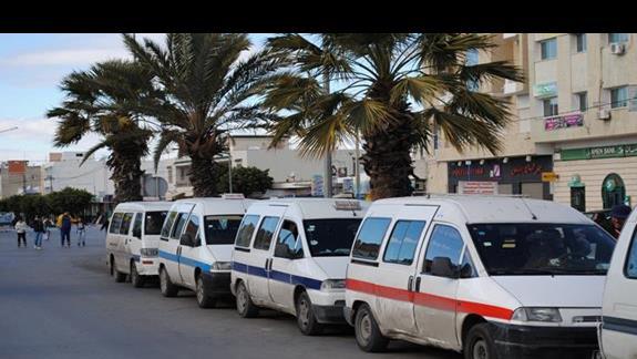 Zbiorowe taksówki - popularna forma podróżowania po Tunezji