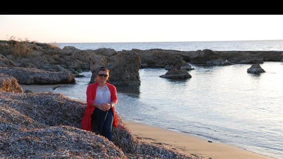 na plaży o zachodzie słońca