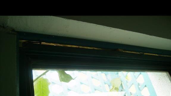 futryny okinne trzymające się na gwoździu