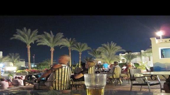taras przy barze i scenie z animacjami