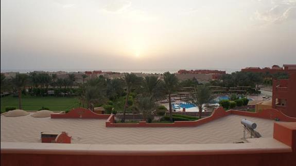 widok z okna o wschodzie słońca