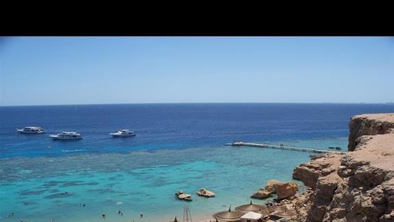 Widok z góry na plaze, morze i rafe koralowa