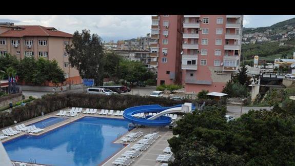 Widok z balkonu na basen hotelu Blue Star