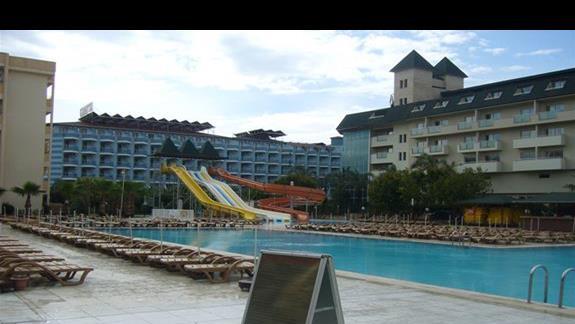 Widok na basen i drugi budynek hotelowy
