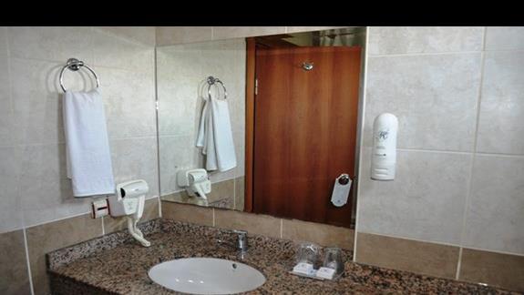 Łazienka w pokoju w hotelu Titan Garden