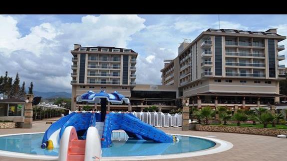 Brodzik ze zjeżdżalniami dla małych dzieci w hotelu Dizalya Palm Garden