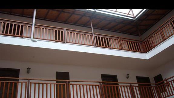 Wewnątrz budynku hotelowego