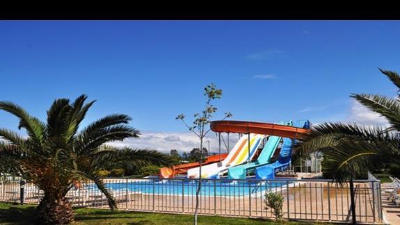 Basen ze zjeżdżalniami w hotelu Sea World Resort