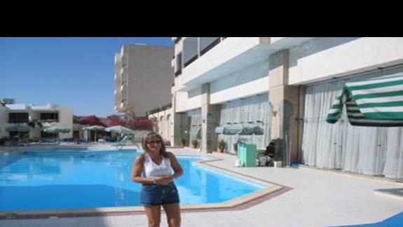 Widok na basen przy hotelu.