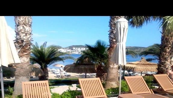 Widok ze strefy basenowej na plażę 3 S Beach Club